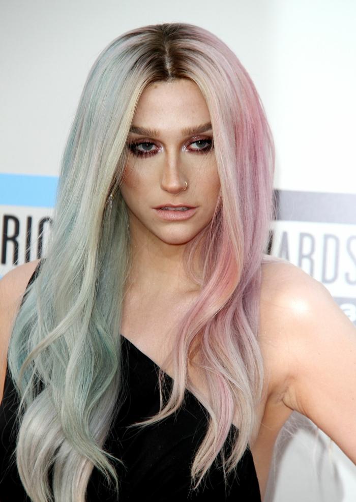 pastell haarfarbe, lange bonbonfarbene haare mit dunklem ansatz, kesha