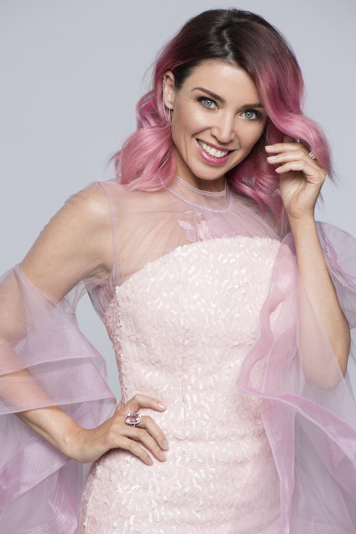 kurze lockige rosa haare, frau mit rosa abendkleid mit pailletten