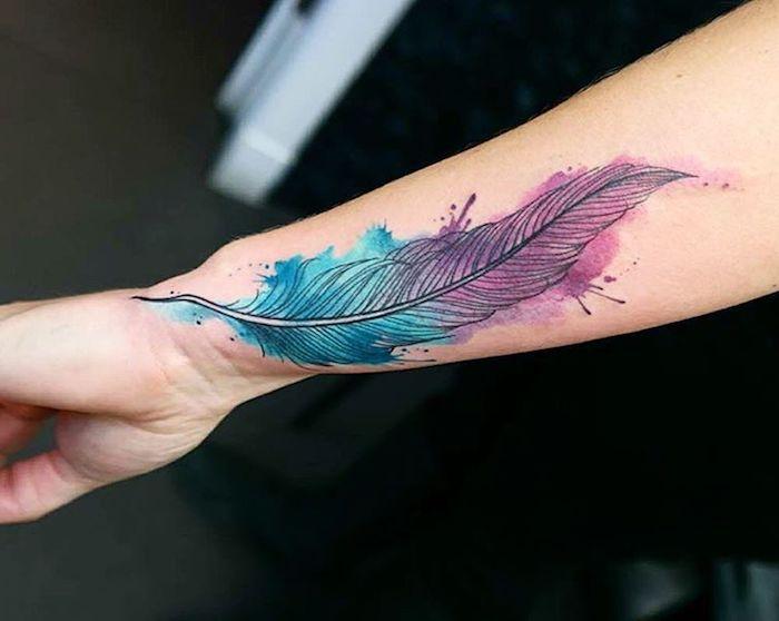 farbiges feder tattoo am unterarm, wasserfarben tattoo mit feder-motiv