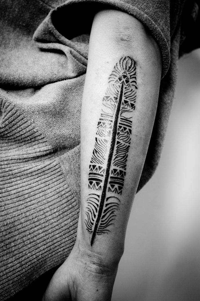 feder tattoos in schwarz und grau, indianer tattoo am arm