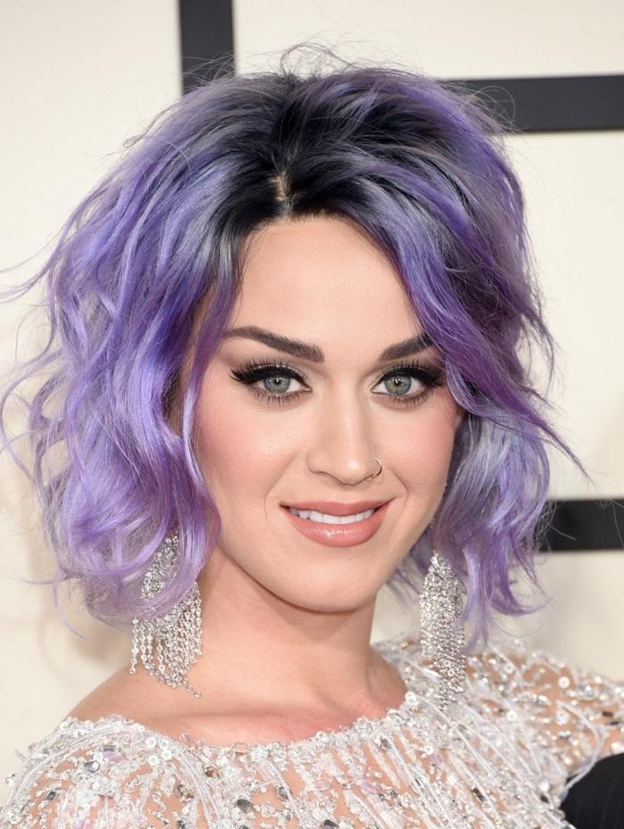 pastell haarfarbe, katy perry, mittellange lockige lila haare, abend make-up