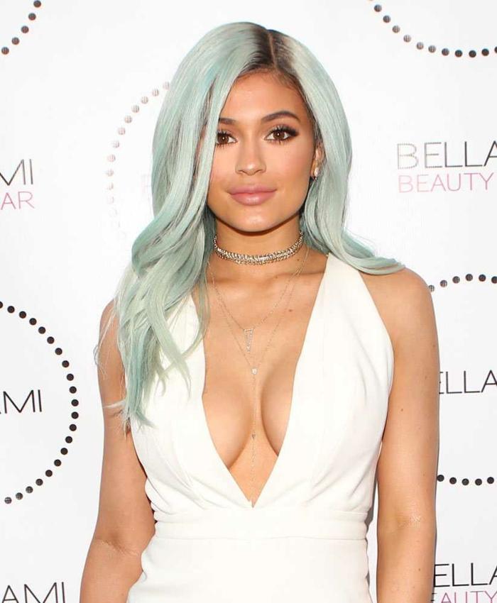 pastell haarfarbe, mittellange mitfarbene haare, weißes abendkleid mit v-ausschnitt