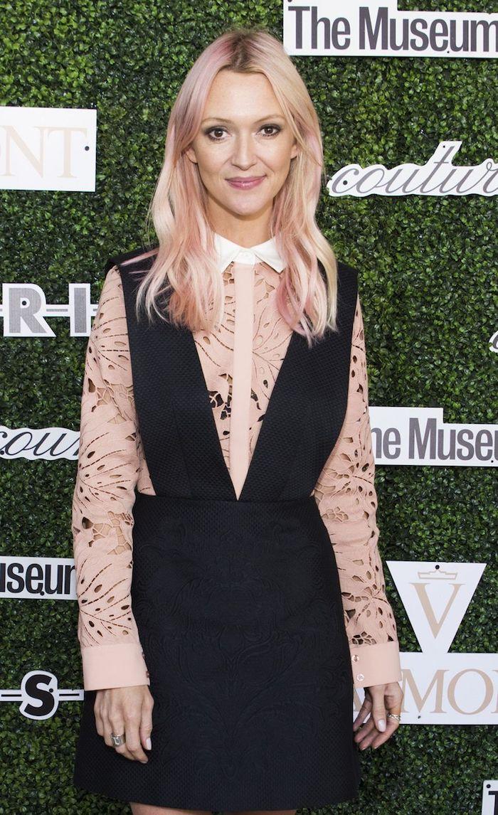 pastellfarben haare, frau mit rosa-blonden haaren und schwarzem kleid