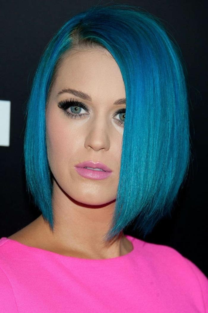 kurze glatte blaue haare, make up für türkise haare, trendige frisuren