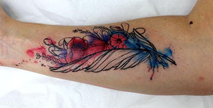 farbige feder tattoos, feder in kombination mit blumen, tattoos für frauen