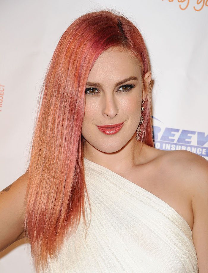 pastellfarben haare, lange glatte haare in orange-rosa, weißes abendkleid