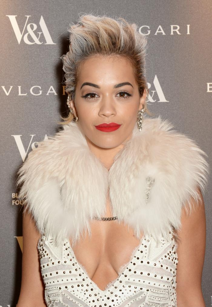 pastellfarbene haare, kurze pastellblonde haare mit dunklem ansatz, weißes kleid mit v-ausschitt