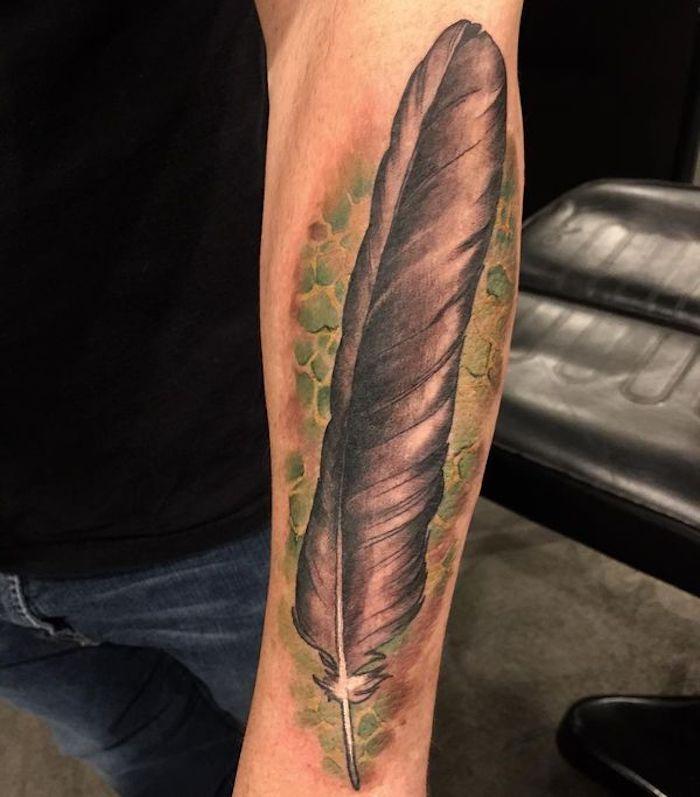 realistisches feder tattoo am unterarm, tattoo motive für männer
