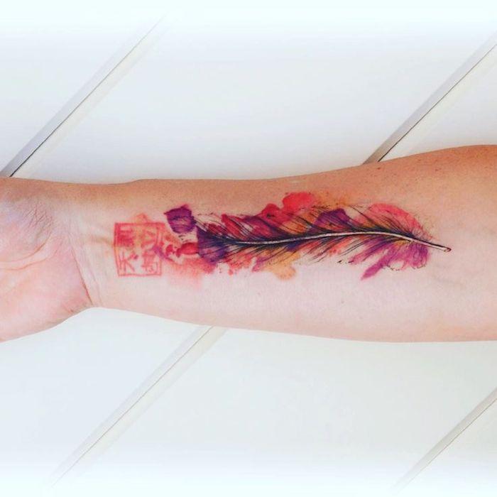 tattoo feder bedeutung, wasserfarben tattoo in lila, rot und orange