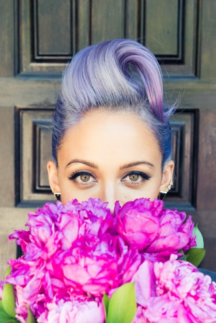 kurze lila haare, trendige frisuren, make-up für lilafarbene haare