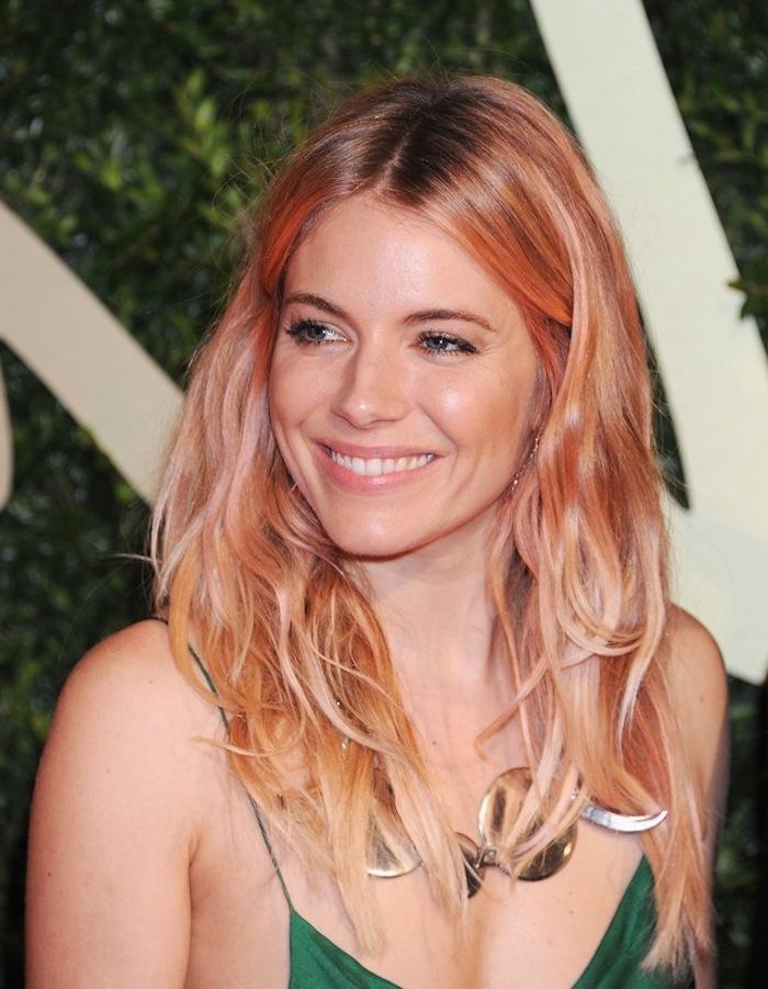 pastell tönung, mittellange rosa-blonde haare, natürliches make-up