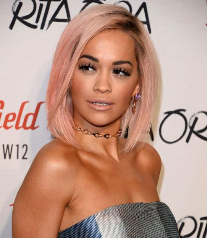pastellfarben haare mit dunklem ansatz, make-up für rosegoldene haare