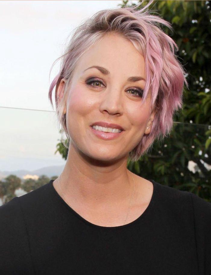 pastell haarfarbe, kurze haare in pastellrosa, frisur mit wellen