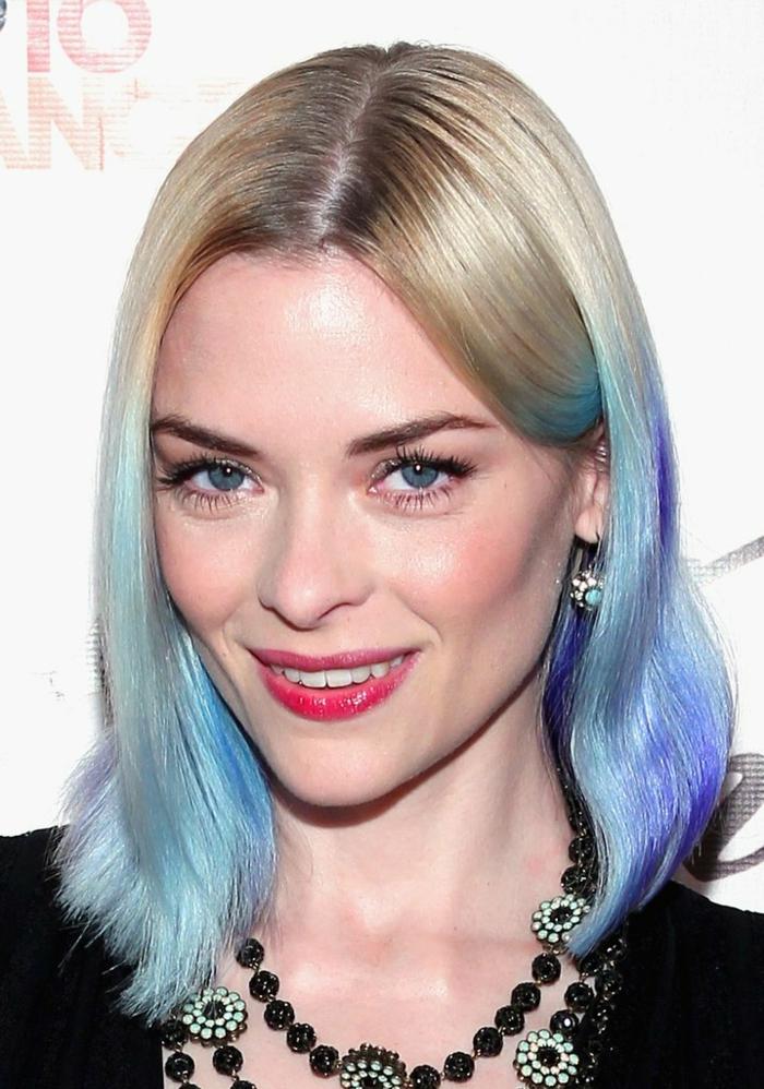 blaue haarspitzen, blonde haare mit dunklem ansatz und blau-lila spizen