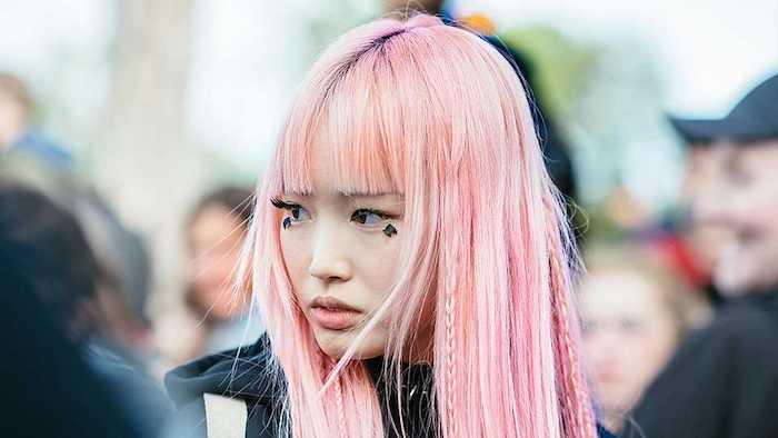pastellfarben haare, frau mit ponyfrisur, flechfrisur mit kleinen zöpfen