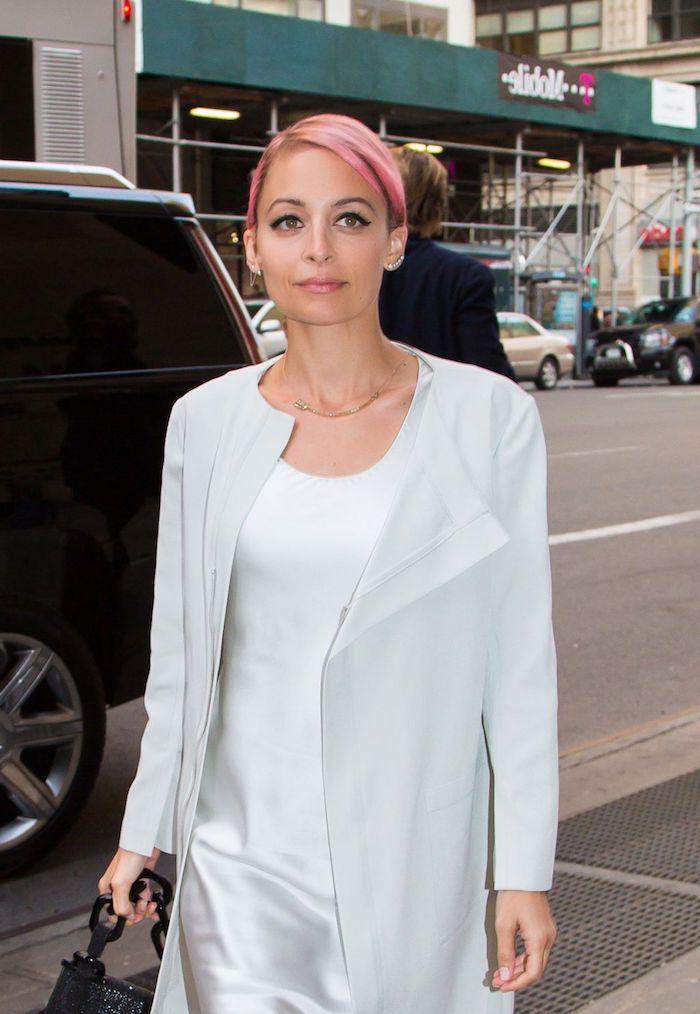 pastell haarfarbe, kurze rosafarbene haare, weißer mantel in kombination mit kleid aus saide