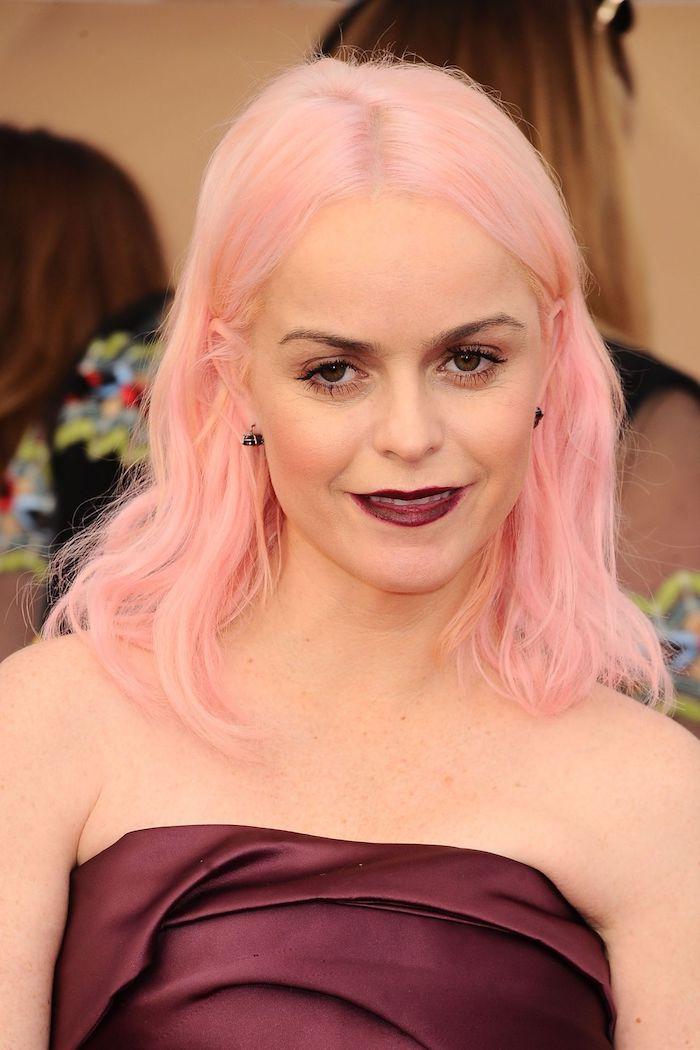 pastell haarfarbe, mittellange rosa-blonde haare, dunkelrotes abendkleid