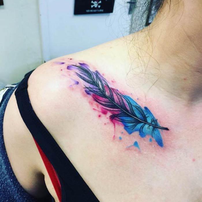 feder symbol, farbiges tattoo an der schulter, wasserfarben tattoo