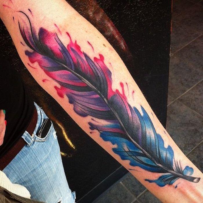 feder symbol, farbige tätowierung am unterarm, arm tätowieren