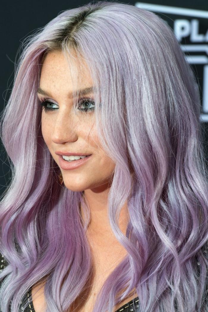haarfarbe lila, lange lilafarbene haare mit dunklem ansatz, frisur mit wasserwellen