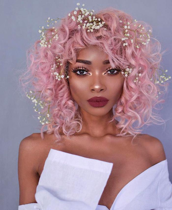 pinke haare, frisur mit locken, abend make-up, kleine weiße blüten