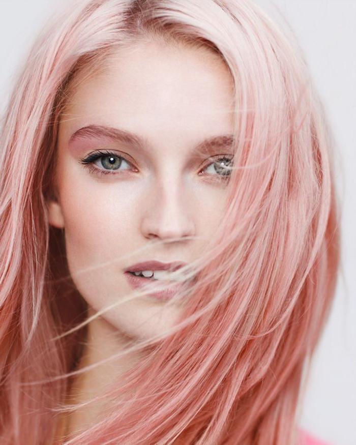 pinke haare, frau mit grünen augen und rosa-blonden haaren
