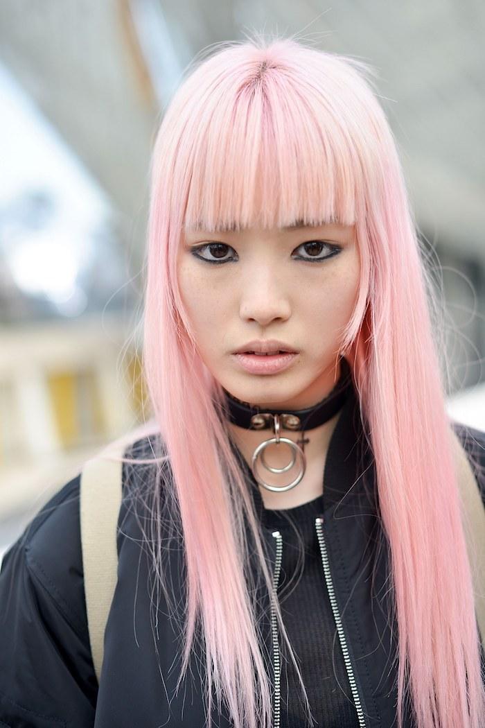 pinke haare, frau mit schwarzer jacke und ponyfrisur, pastellrosa haarfarbe