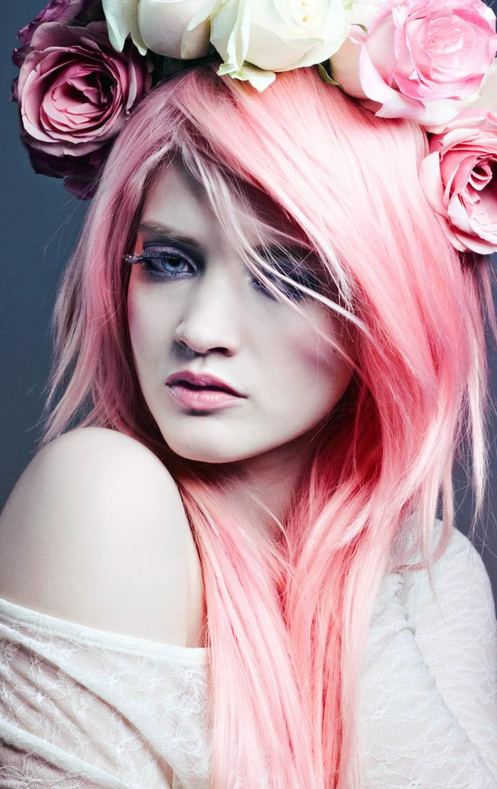 pastell tönung, frau mit weißer haut und rosafarbenen haaren, kopfschmuck mit rosen