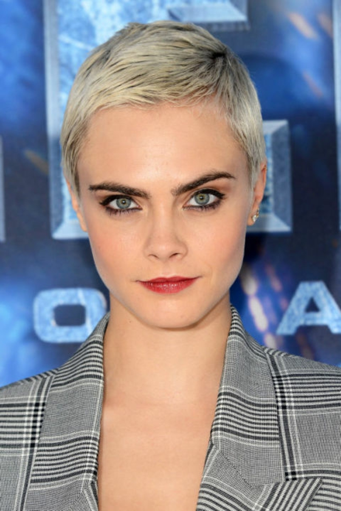 pastellfarben haare, kurze silberne haare, abend make-up für graue augen