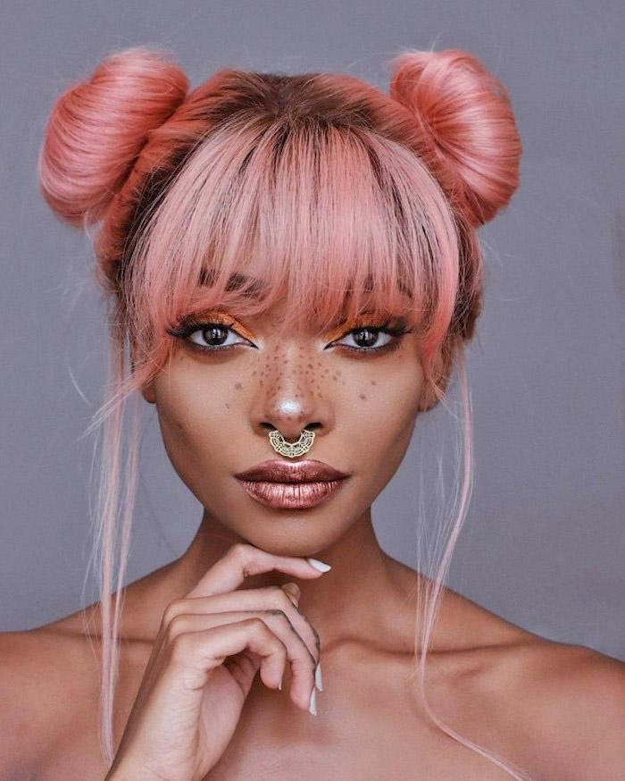 pastell tönung, frau mit lässiger dutt-fridur, make up für rosafarbene haare