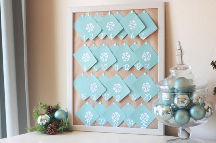Kleine Weihnachtskarten mit Schneeflocken an Pinnwand befestigen, Adventskalender selbst gemacht