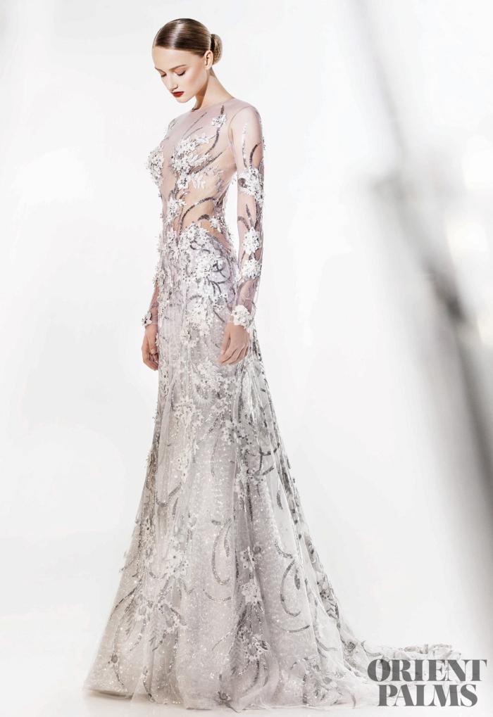 Weißes Spitzenkleid mit Perlen verziert, Abendkleid mit langen Ärmeln und Schleppe, elegante Dutt Frisur