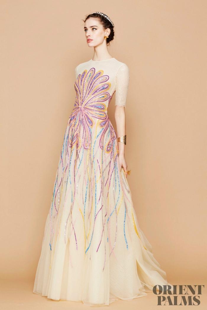Weißes bodenlanges Abendkleid mit kurzen Ärmeln, locker fallend, mit bunten Perlen verziert