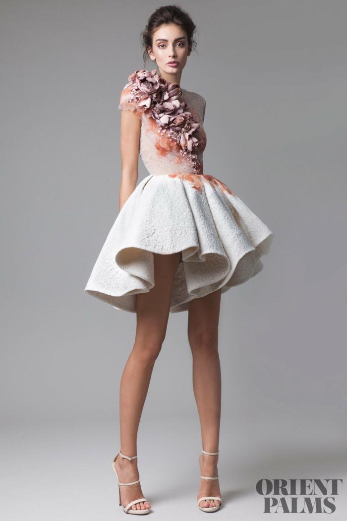 Weißes kurzes Kleid mit rosafarbenen Blumen, weiße High Heels, Idee für Outfit für besondere Anlässe