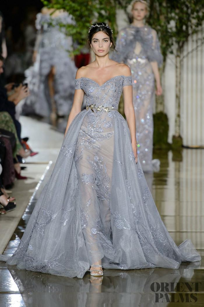 Bodenlanges Abendkleid mit langer Schleppe, schulterfreies Kleid in Hellblau mit goldenem Gürtel