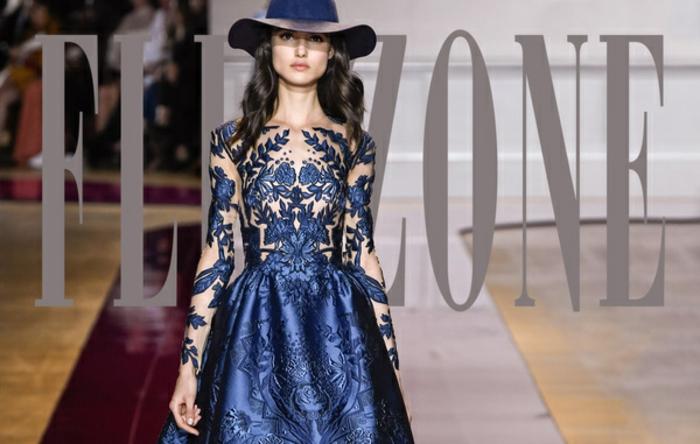Flip Zone Kollektion-dunkelblaus Kleid mit Applizierungen, durchsichte Ärmel mit Applizierungen, dunkelblauer Winterhut aus Semt, lange schwarze gewellte Haare