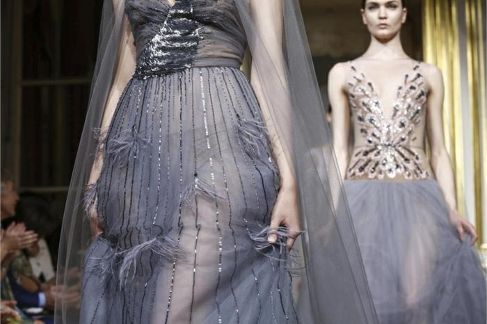 Couture-Kleid aus grauem Tüllstoff mit Applizierungen und glitzernden Streifen, Oberteil mit Plissees und Glitzer