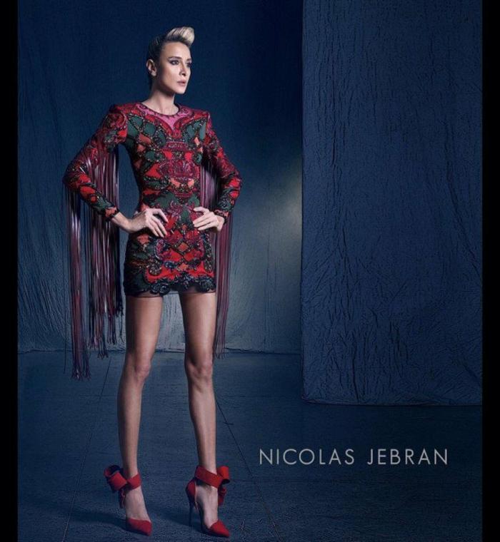 sehr kurzes Kleid mit langen Ärmeln mit Riemen, rotes Kleid mit grünen Applizierungen, kombiniert mit roten Absatzschuhen mit Schleife, Nicolas Jebran Kollektion
