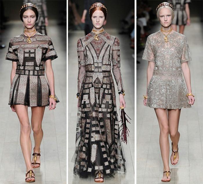 Modekollektion von Valentino - graue Kleider mit schwarzem Print uns Spitze, kurzes graues Kleid mit kurzen breiten Ärmeln und schwarzen Plissees, langes schwarz-grsues Kleid mit langen Ärmeln, kurzes graues Spitzenkleid, Hochsteckfrisur mit Diadem mit Kristallen, Kleid mit offenen Schuhen tragen