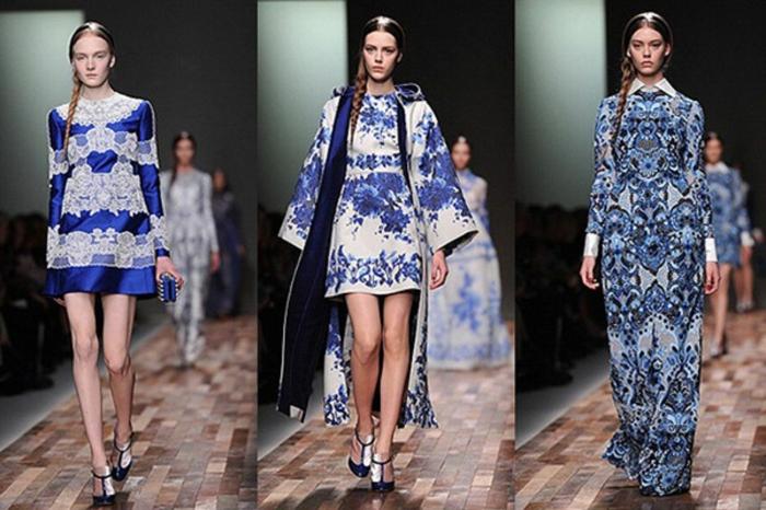 drei Fotos von Fotomodellen, die eine Modekollektion mit blau-weißen Kleidern vorstellen, kurzes Kleid aus kaiserblauer Seide und weißer Spitze mit einem Spitzenkragen, kurzes weißes Kleid mit blauem lumen-Print und ein langer weißer Mantel mit breiten Ärmeln und Kapuze, langes blaues Kleid mit Print mit einem weißen Kragen, langen Ärmeln mit weißen Enden, alle kombiniert mit schwarzen Schuhen