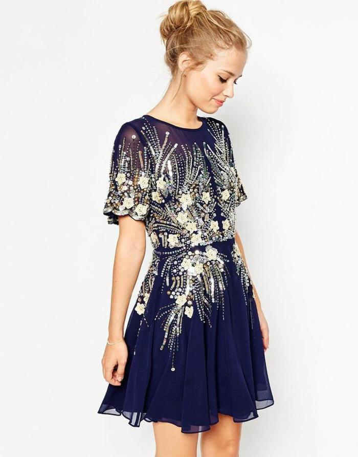 festliche Outfits - dunkelblaues Abendkleid aus Tüll mit Futter aus Seide, Länge bis zum Knie, Kleid mit breiten kurzen Ärmeln und silbernen Pailletten, blondes Frau mit Hochsteckfrisur und leichter Schminke
