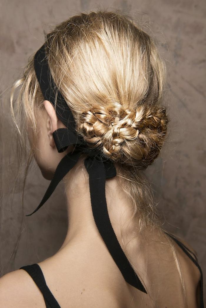 Schicke Hochsteckfrisur zum Nachstylen, Dutt aus kleinen Zöpfen und schwarzes Haarband