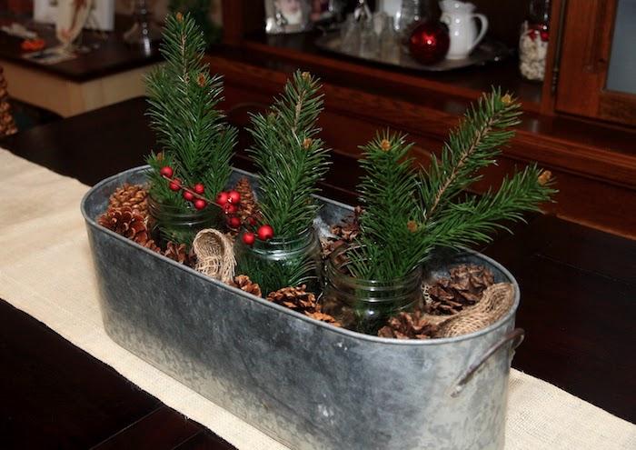 Weihnachtsgesteck aus drei Weckgläser voller Tannenzweige und ein Blech mit Zapfen