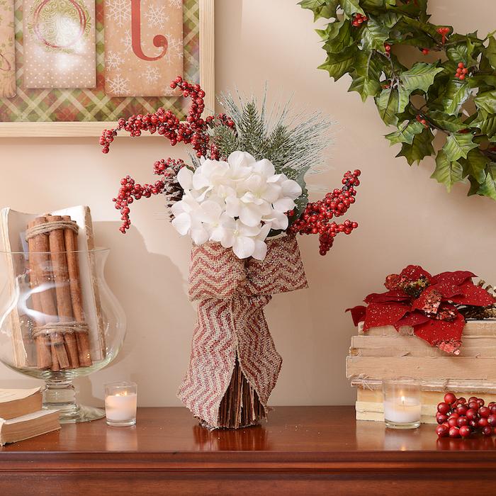 Weihnachtsgestecke - eine große weiße Blume, eine Schleife auf Wellen, Tannenzweige
