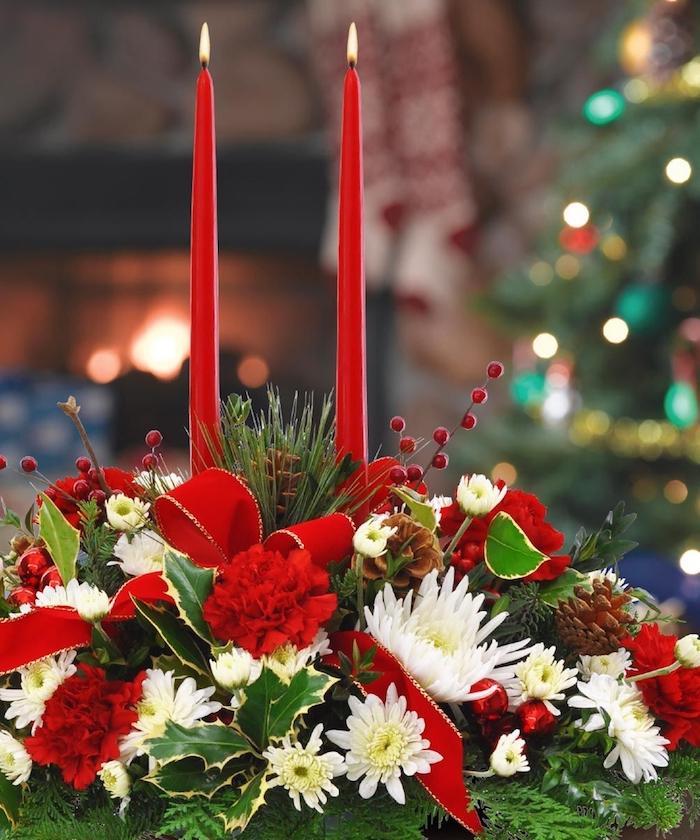 Weihnachtsdeko Hauseingang - zwei Kerzen in roter Farbe, weiße und rote Blumen