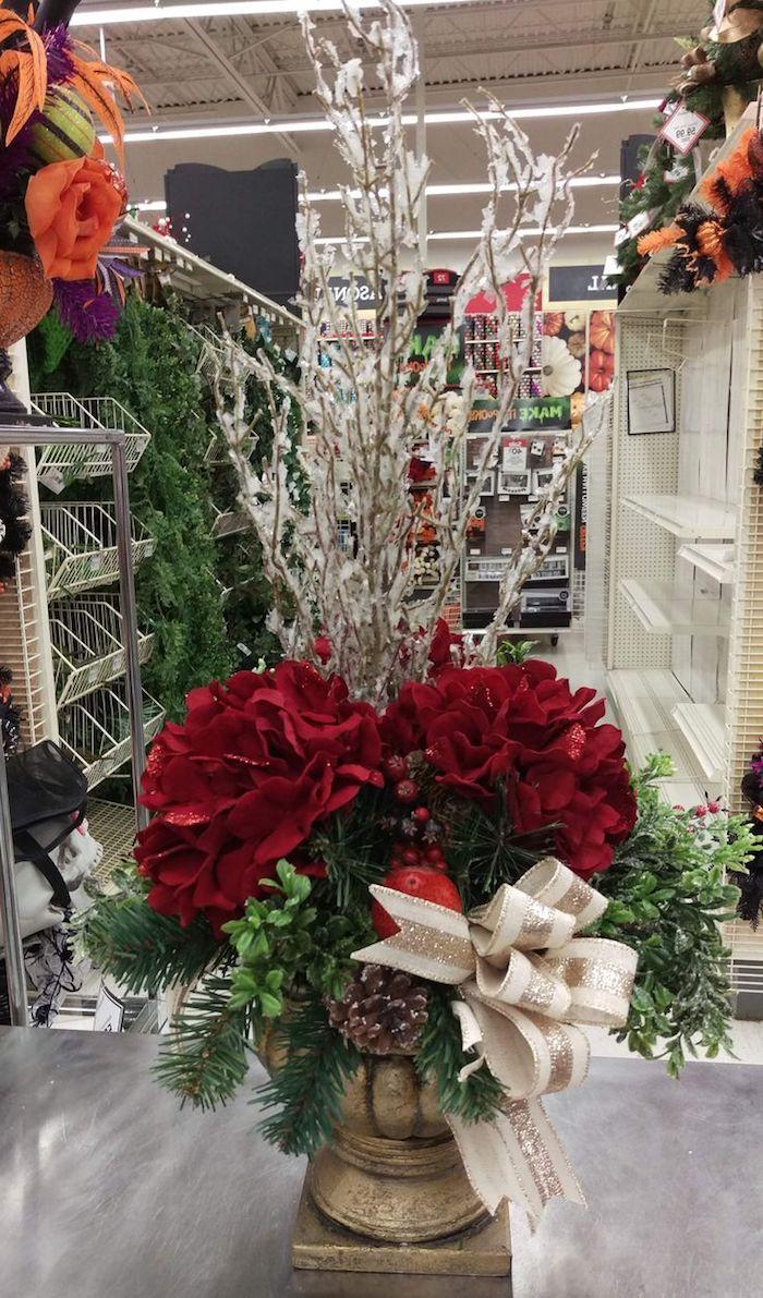 Weihnachtsdeko Hauseingang - zwei rote Blumen, grüne Zweige, Schleife in glänzender Farbe
