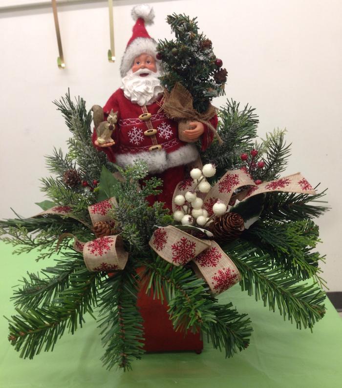 Weihnachtsdeko Hauseingang - grüne Zweige, eine Figur von Weihnachtsmann in der Mitte