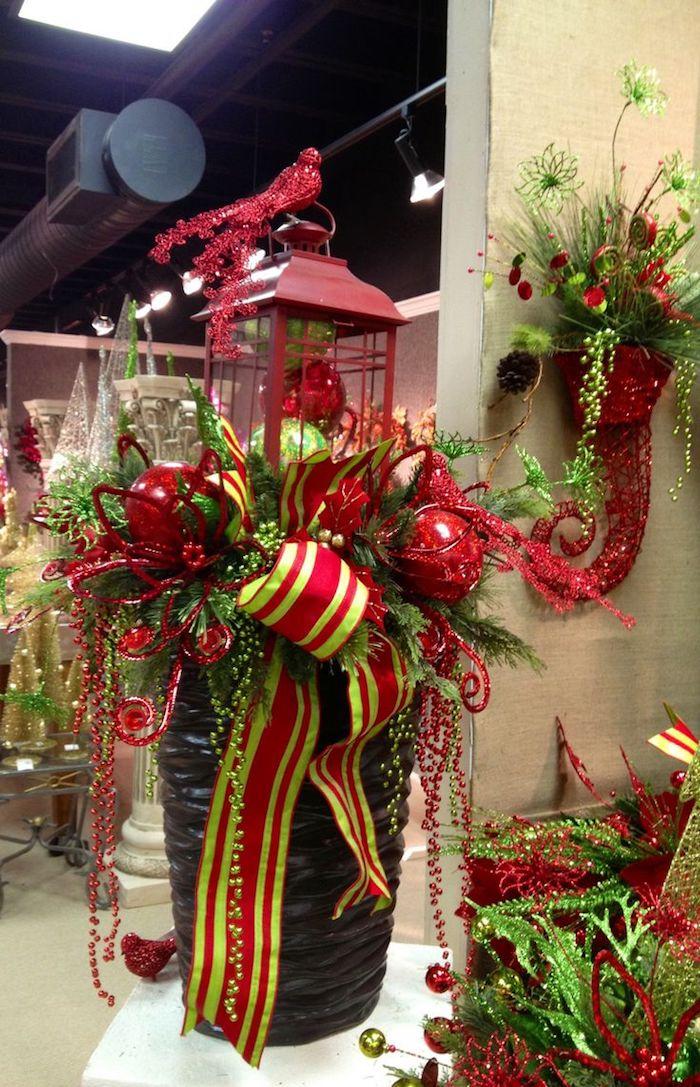 Weihnachtsdeko Hauseingang - eine Laterne mit Kugeln, eine bunte Schleife in zwei Farben