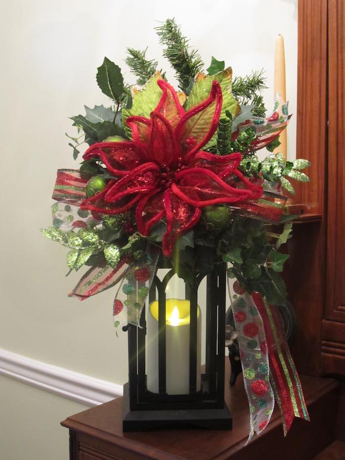 eine Laterne mit Kerze, eine rote Blume und grüne Zweige, bunte Schleife - Weihnachtsdeko Hauseingang