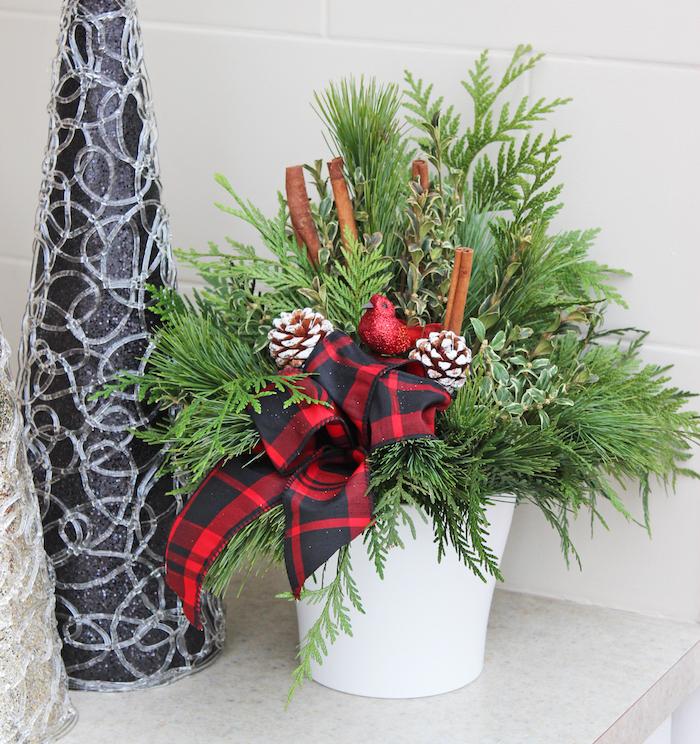 Weihnachtsdeko Hauseingang - eine weiße Vase, rote Schleife, Zimtstangen